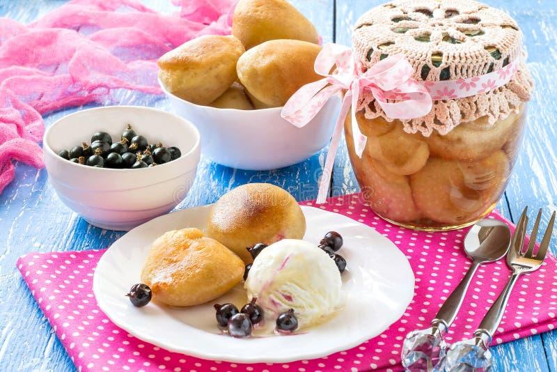 Kleiner reicher Schwammkuchen-Rumkuchen, Eiscreme und schwarze Johannisbeere lizenzfreie stockbilder