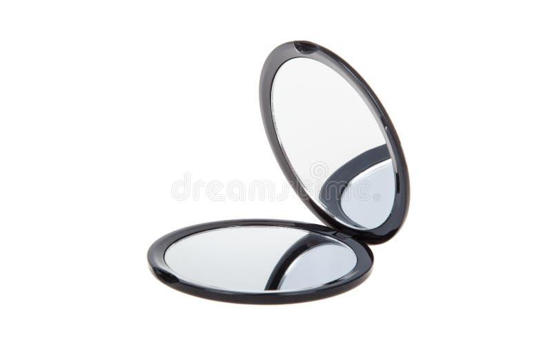 Kleiner runder kosmetischer Taschenspiegel lokalisiert auf Weiß geöffnet stockbilder