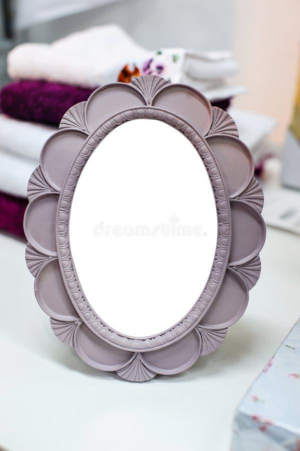 Kleiner runder Spiegel in einem Rahmen stockfotografie