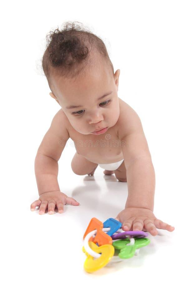 Kleiner Säuglingsjunge, der in Richtung zum Projektor kriecht lizenzfreie stockfotografie