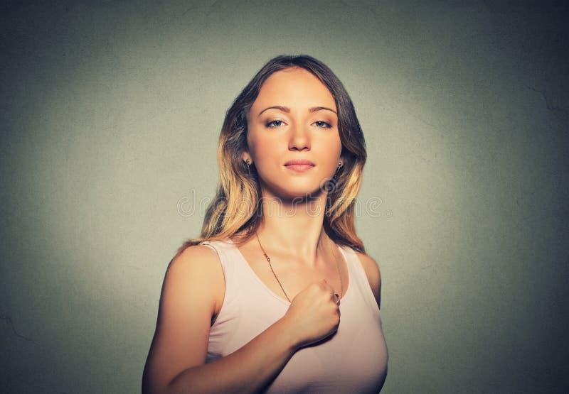 Kleiner süßer Superheroine Überzeugte Frau lokalisiert auf grauem Wandhintergrund lizenzfreie stockbilder