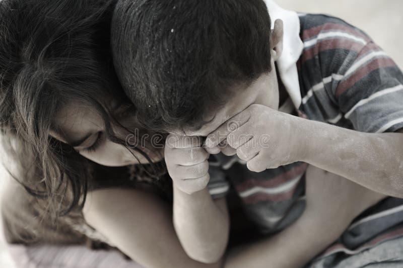 Kleiner schmutziger Bruder und Schwester, Armut stockfoto