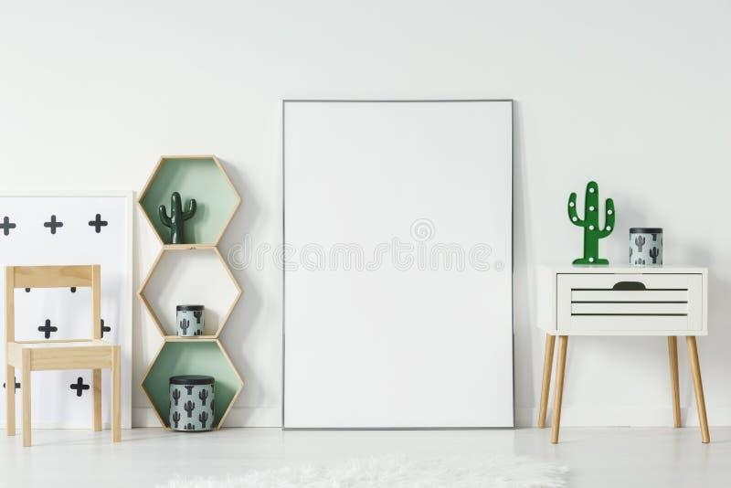 Kleiner Schrank mit Kaktus formte Lampe und decorationsative Kasten lizenzfreie stockbilder