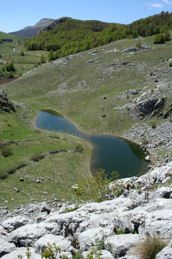 Download Kleiner See im Berg stockfoto. Bild von frisch, niemand - 26374280