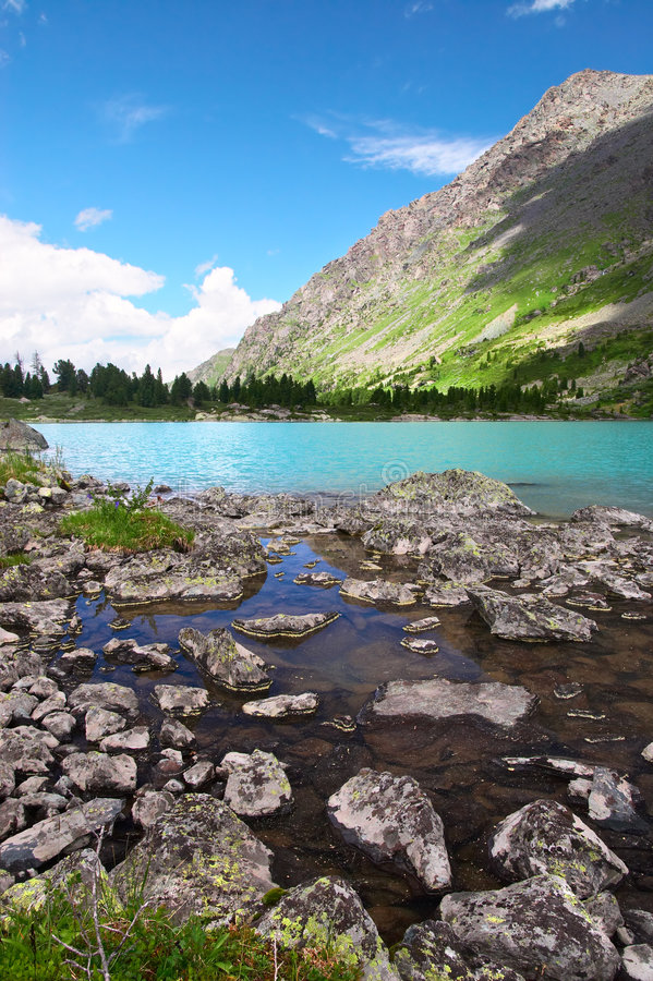 Kleiner See und Berge. stockfoto