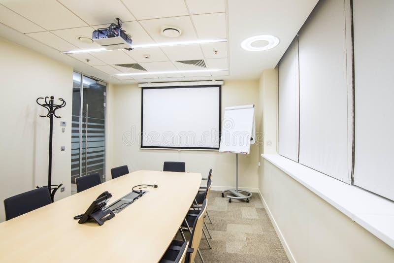 Kleiner Sitzungs- oder Trainingsraum mit Fernsehprojektor lizenzfreie stockfotografie