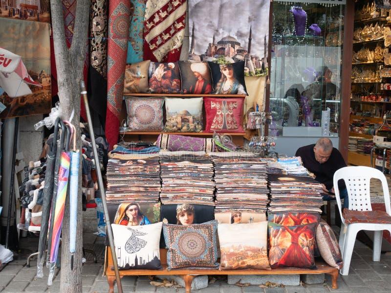 Kleiner Souvenirladen mit authentischen türkischen Kissenkissen an Istanbul-Straße lizenzfreie stockfotografie