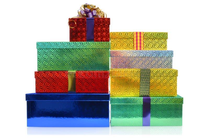 Kleiner Stapel Weihnachtsgeschenkboxen lokalisiert auf weißem Hintergrund stockfotografie