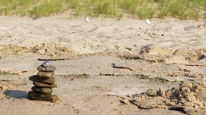 Kleiner Steinhaufen vor Sanddüne lizenzfreies stockfoto