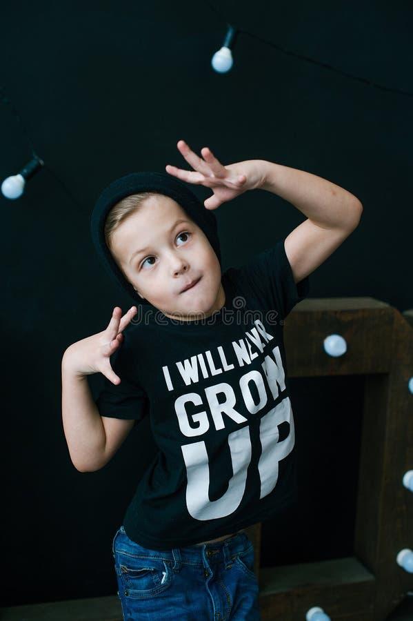 Kleiner Tänzer moderner kleiner Junge Hip-Hop-Art Junger Rapper Lustiges Kind in der Kappe lizenzfreie stockfotos