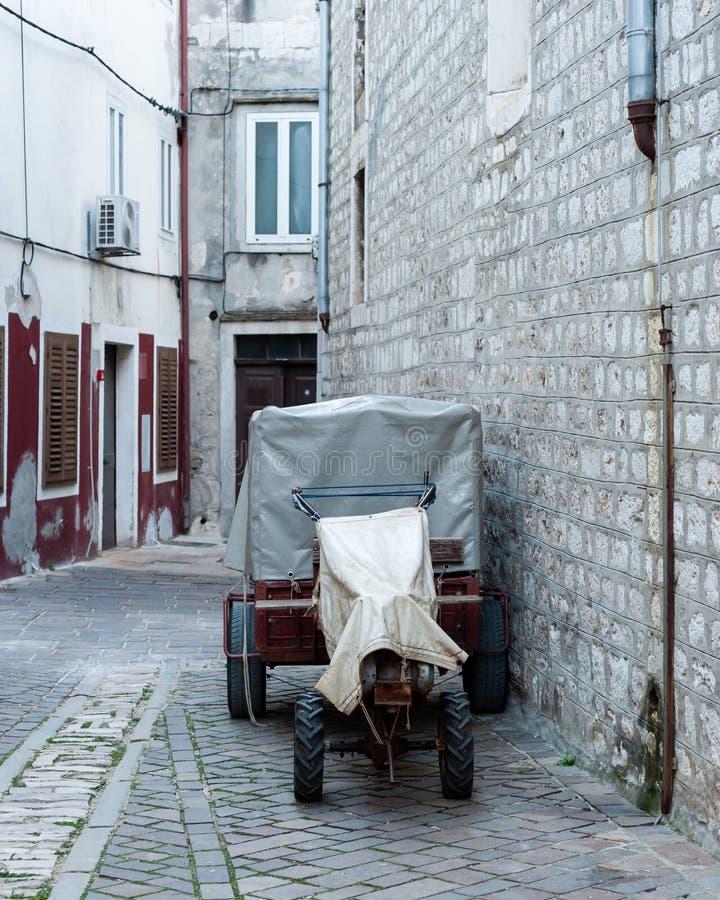 Kleiner Traktor in einer kleinen Gasse in der Stadt von Cres lizenzfreies stockbild