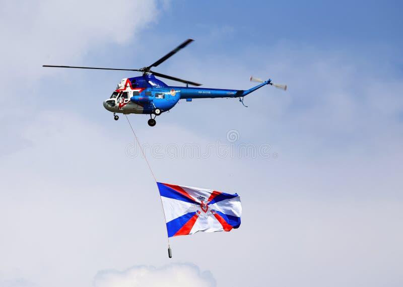 Kleiner Transporthubschrauber im Flug stockfoto
