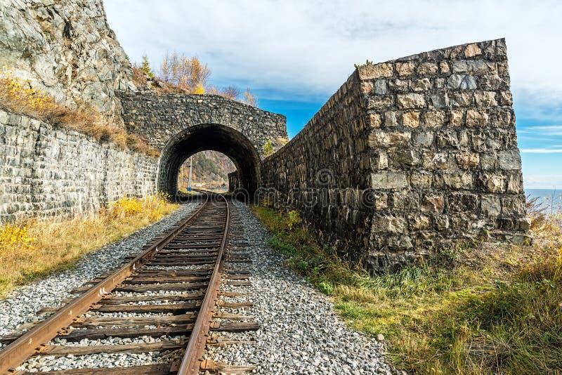 Kleiner Tunnel auf Circum-Baikal-Eisenbahn lizenzfreies stockbild