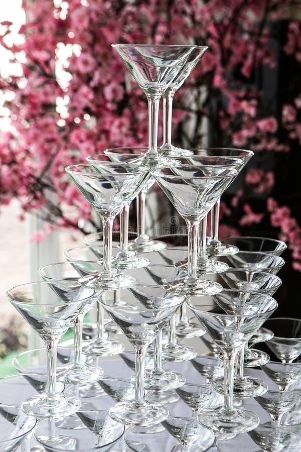 Kleiner Turm aus leerem Champagnerglas lizenzfreies stockbild
