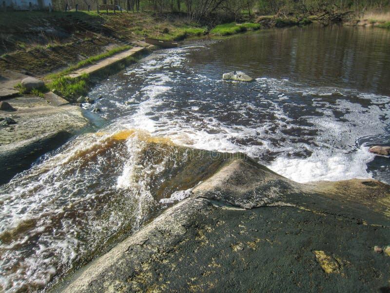 Kleiner Wasserfall lizenzfreies stockfoto