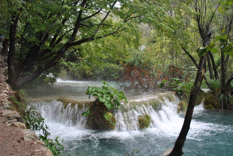 Kleiner Wasserfall auf den Plitvice Seen lizenzfreie stockfotos