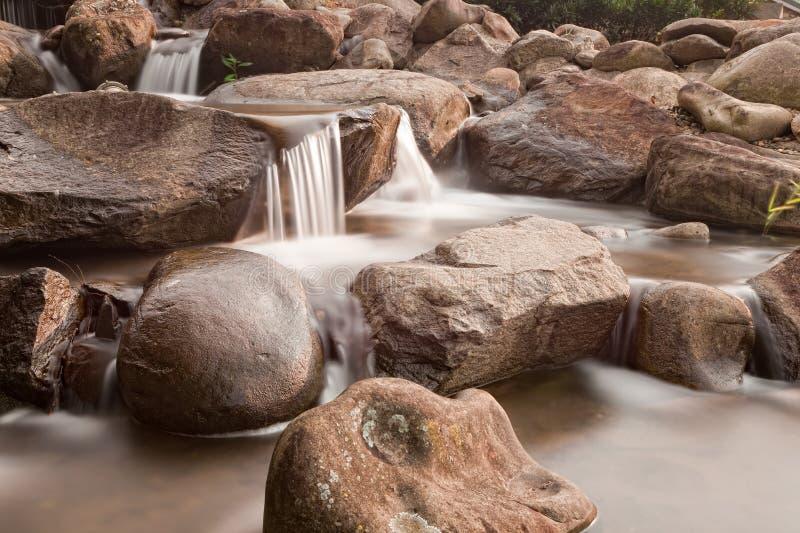 Kleiner Wasserfall auf einem Gebirgsnebenfluß stockbilder