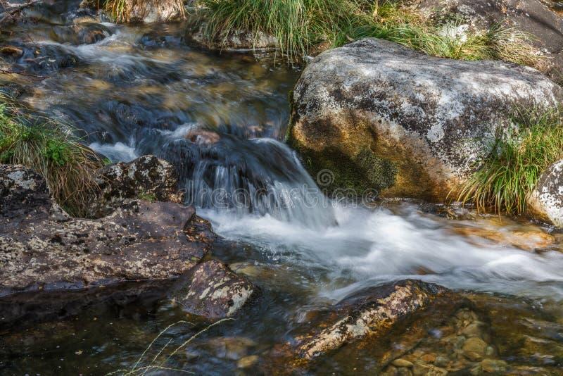 Kleiner Wasserfall in einem Fluss in Spanien lizenzfreie stockbilder