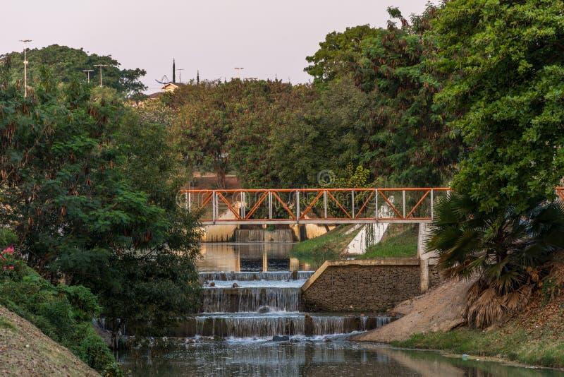 Kleiner Wasserfall entlang des Flusses, im ökologischen Park, in Indaiatuba, Brasilien stockbild