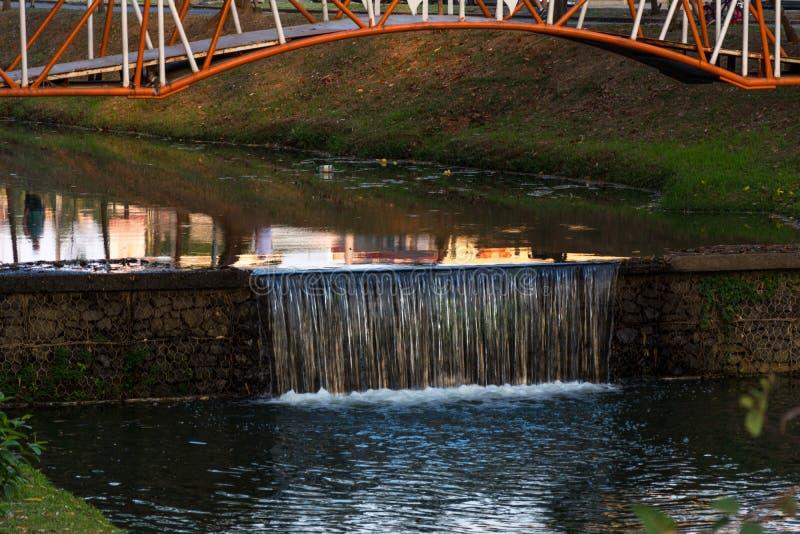 Kleiner Wasserfall entlang des Flusses, im ökologischen Park, in Indaiatuba, Brasilien lizenzfreie stockfotos