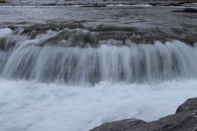 Kleiner Wasserfall im Fluss stockfotos