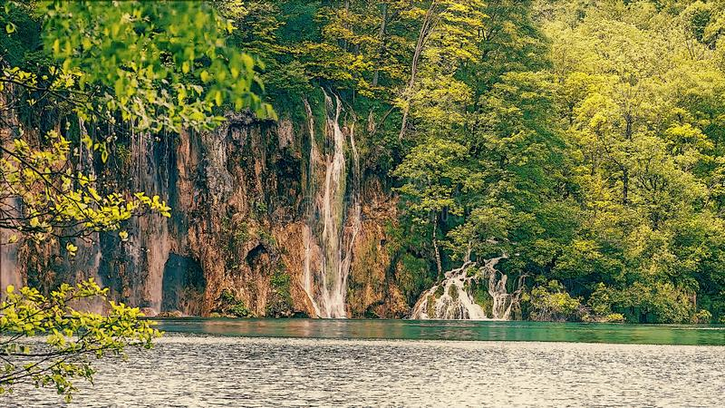 Kleiner Wasserfall mit einem See stockbild
