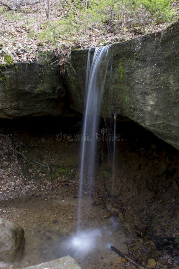 Kleiner Wasserfall in rockbridge Landschaftsschutzgebiet lizenzfreie stockfotos