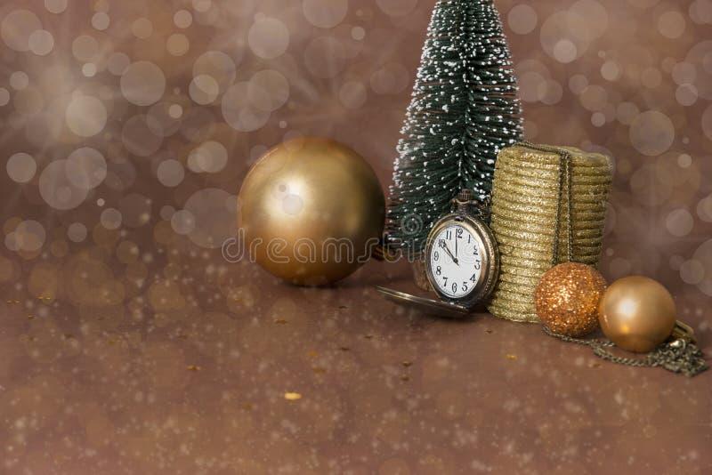 Kleiner Weihnachtsbaum, Uhr, goldene Kerze, goldener Weihnachtenbal lizenzfreie stockbilder