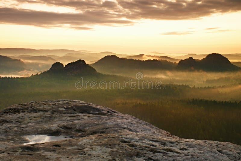 Kleiner Winterberg sikt Fantastisk drömlik soluppgång på överkanten av det steniga berget med sikten in i den dimmiga dalen royaltyfria foton