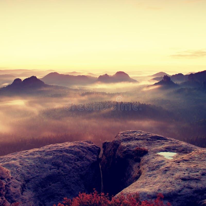 Kleiner Winterberg sikt Fantastisk drömlik soluppgång på överkanten av det steniga berget med sikten in i den dimmiga dalen royaltyfria bilder