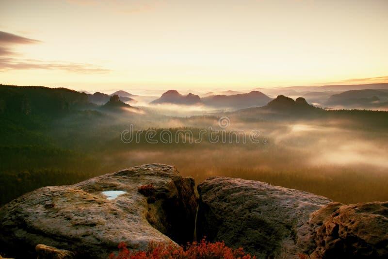 Kleiner Winterberg widok Fantastyczny marzycielski wschód słońca na wierzchołku skalista góra z widokiem w mglistą dolinę obraz royalty free