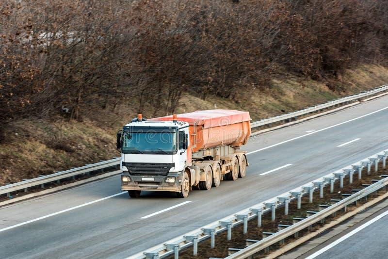 Kleiner Zisternen-LKW auf Landlandstraße lizenzfreie stockbilder