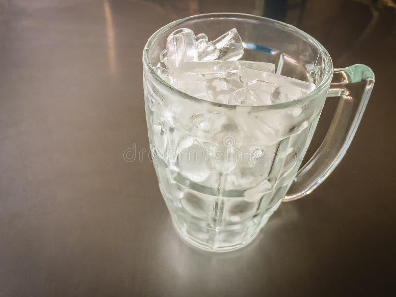 Kleiner Zylinder formte vom Eis im Glaskrug, der auf den Stahl t gesetzt wurde lizenzfreies stockfoto