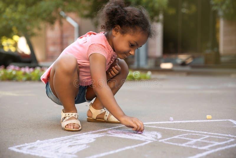 Kleines afro-amerikanisches Kinderzeichnungshaus mit Kreide stockfoto