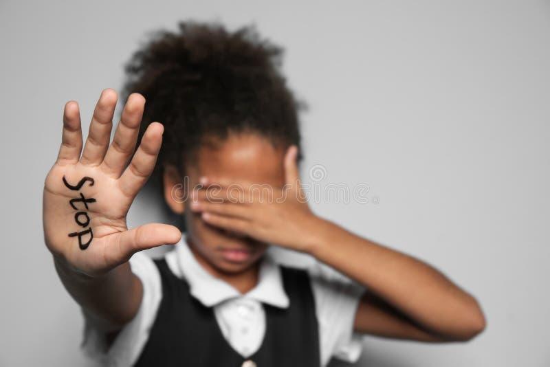 Kleines afro-amerikanisches Mädchen mit Wort lizenzfreies stockbild