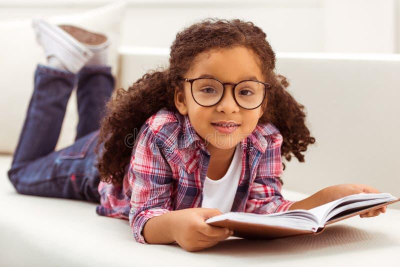 Kleines afroes-amerikanisch Mädchen lizenzfreies stockfoto