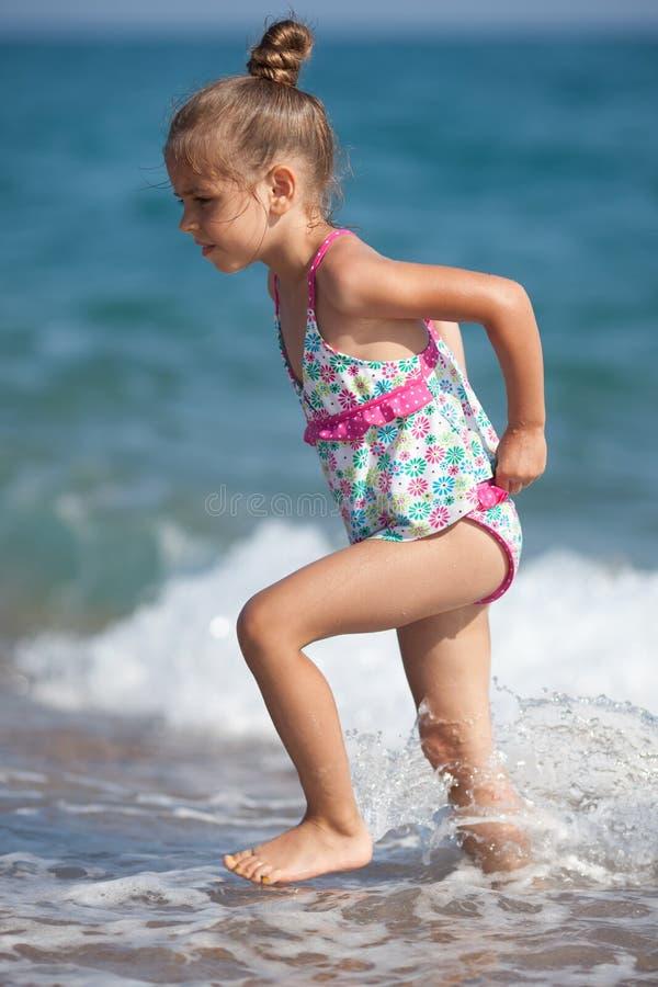 Kleines altes Fünfjahresmädchen am Strand stockbild
