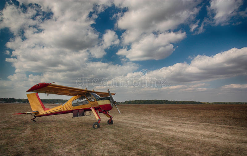Kleines altes Flugzeug lizenzfreie stockfotos