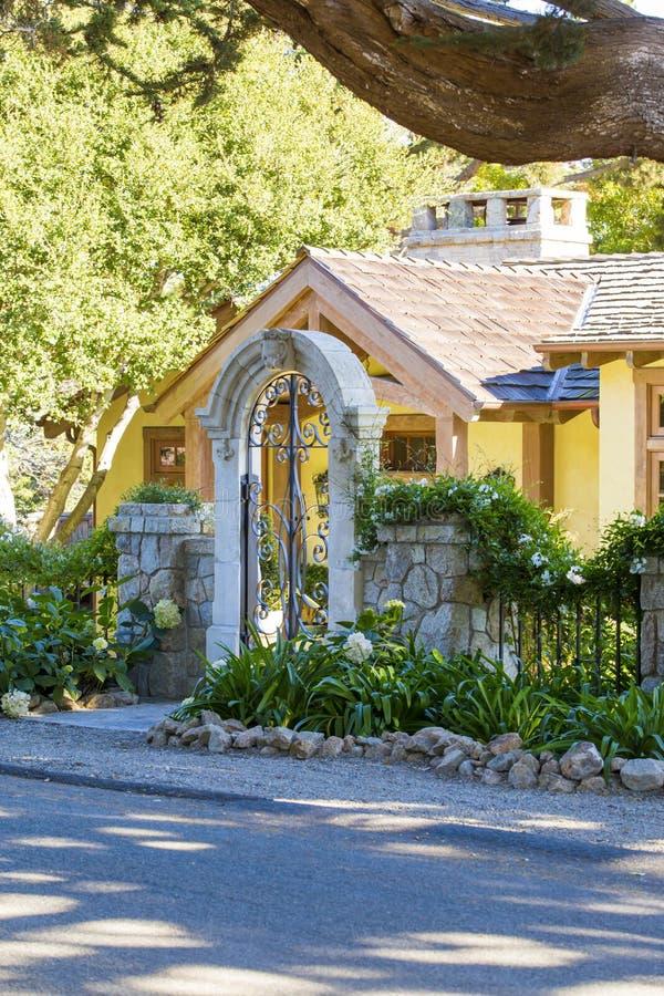 Kleines altes Haus Front eingezäuntes Yard mit Tor stockfotografie