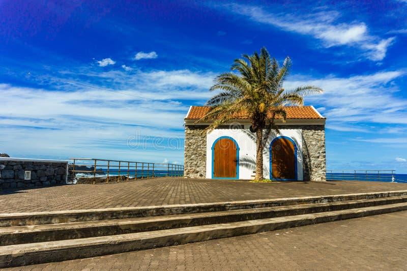 Kleines altes Haus Portugals auf Ufer Porto Moniz Atlantik lizenzfreie stockfotos