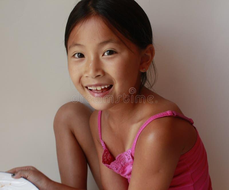 Kleines asiatisches chinesisches Mädchenholdingspielzeug stockfotografie