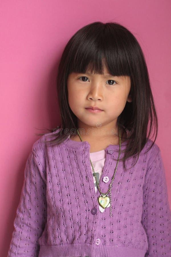 Kleines asiatisches Mädchen des verärgerten Gesichtes stockfotos