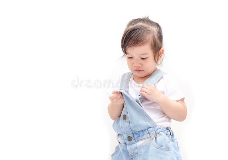 Kleines asiatisches Mädchen erhalten angekleidet lizenzfreie stockfotografie