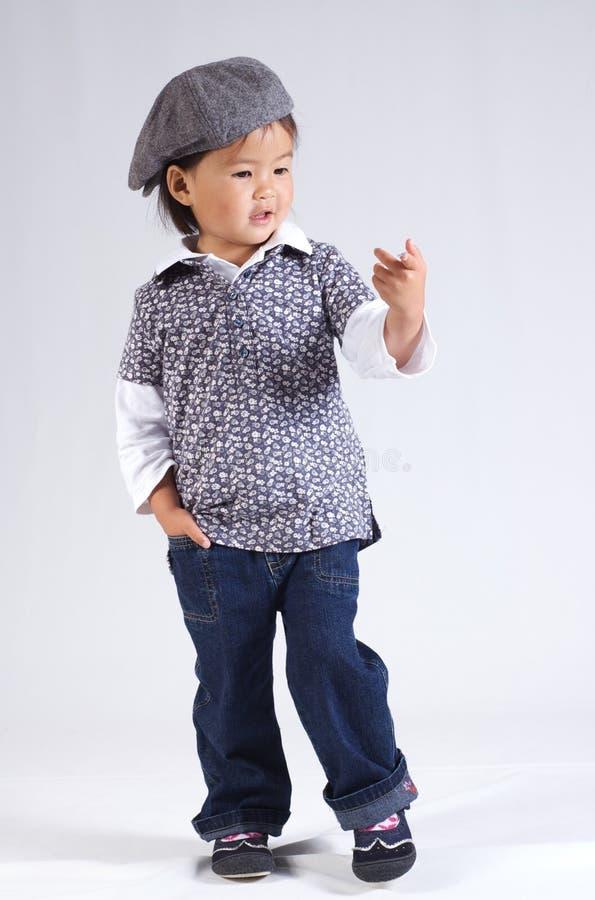 Kleines asiatisches Mädchen mit einem Hut lizenzfreies stockbild