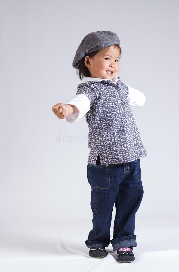 Kleines asiatisches Mädchen mit einem Hut lizenzfreie stockfotografie