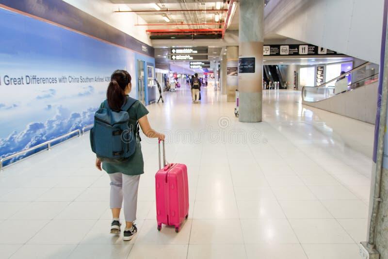 kleines Auto auf Dublin-Stadtkarte Frau trägt Ihr Gepäck am suvarnabhumi a lizenzfreies stockfoto