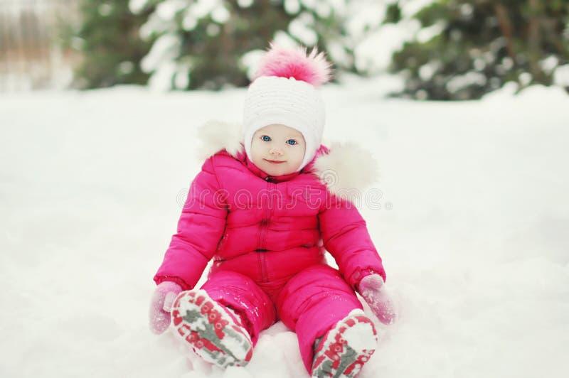 Kleines Baby auf dem Schnee im Winter lizenzfreies stockfoto