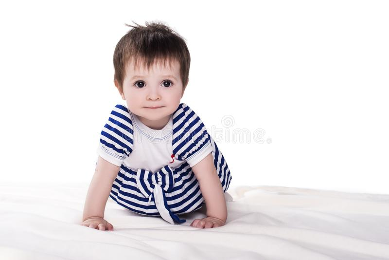 Kleines Baby, das auf den Boden, lokalisiert auf Weiß kriecht lizenzfreie stockfotos