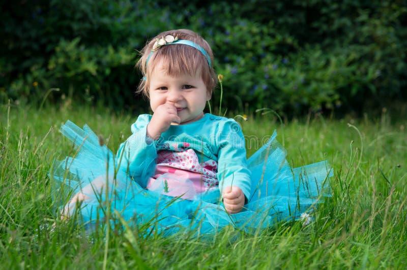 Kleines Baby, das draußen auf Gras kriecht stockfoto