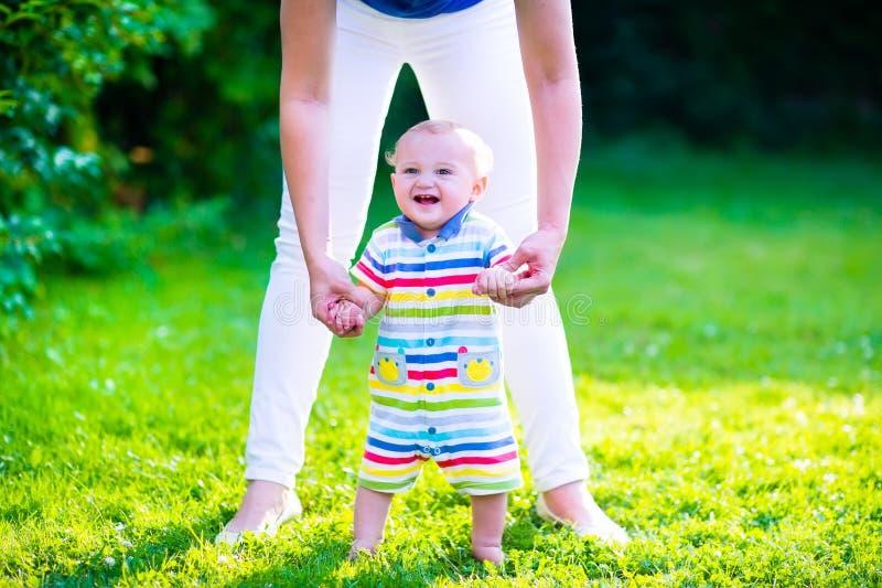 Kleines Baby, das erste Schritte macht lizenzfreies stockfoto